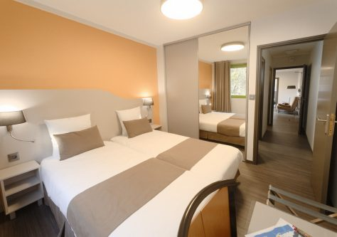 Vue sur la chambre et le salon, au sein de la résidence thermale d'Ussat les Bains.