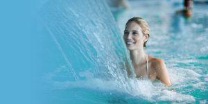 Une jeune femme épanouie dans le bain d'une cure thermale.
