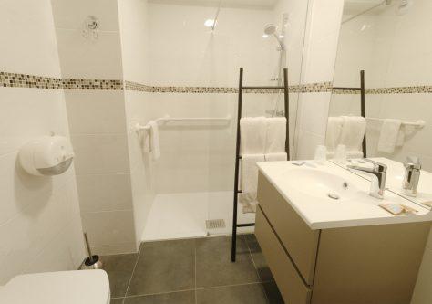 Une salle de bain moderne dans la résidence thermale d'Ussat.