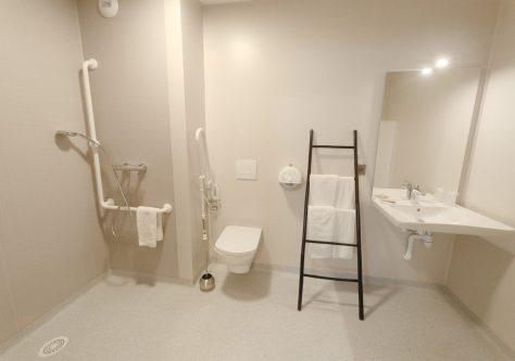 Salle d'eau pour personnes à mobilités réduites dans la résidence thermale d'Ussat.