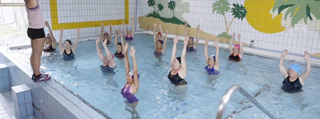 Des femmes réalisent des exercices de cure active à Ussat.